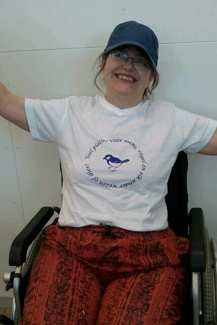 Channa met haar eigen ontwerp zeefdruk op T-shirt in het Grafisch Atelier Den Bosch.